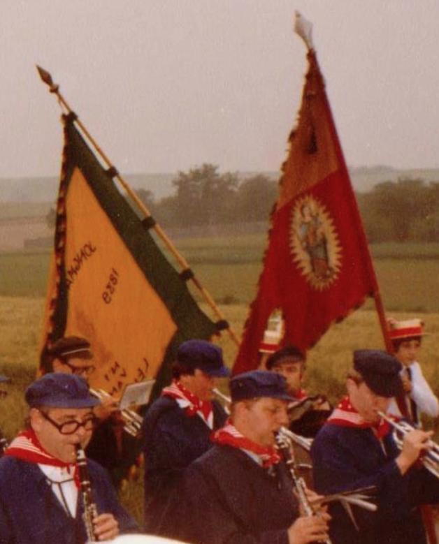 Rechts de vlag van 1839, links die van 1939