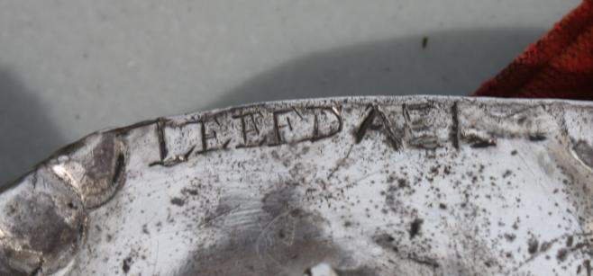 """Boven het medaillon staat de inscriptie """"LEEFDAEL""""."""