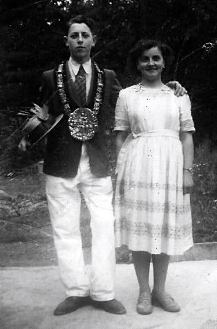 De nieuwe koning poseert fier met zijn zus Virginie