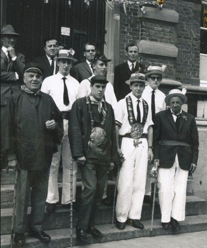 Het bestuur, met de koningen, poseert fier op de trappen van het Gemeentehuis.